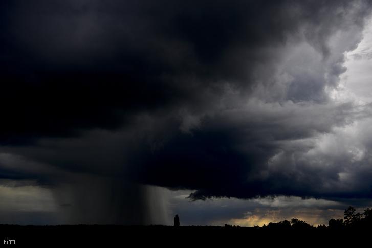 Viharfelhőkből esik az eső 2020. június 18-án