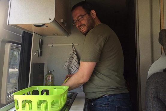 A szerző mosogat