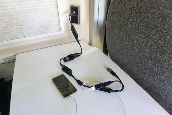 A 12 voltos rendszer mindíg rendelkezésre áll, így érdemesebb ilyen eszközöket, töltőket beszerezni. Ez speciel egy Thinkpad X230 töltője.