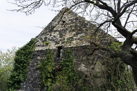 A gyulakeszi Rossztemplom. A XIII században épülhetett, a XVIII században Esterházy Antal álíttatta helyre.