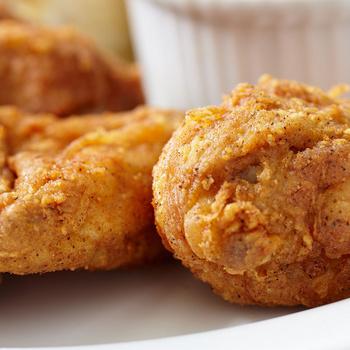 Ropogós, fűszeres bundában sült csirkecomb: sütőben készül a joghurtban pácolt hús