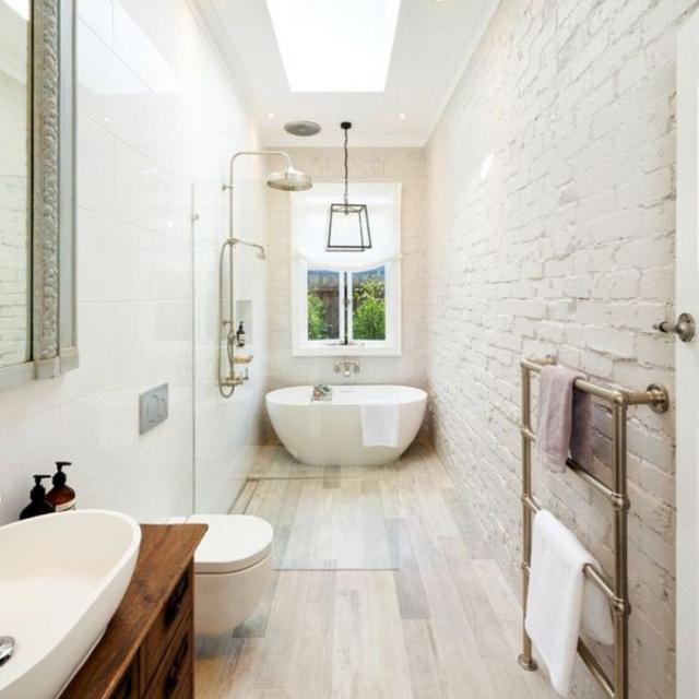 Hosszúkás, szűkös fürdők zseniális kivitelben: bámulatos, ahogy kihasználták az összes helyet