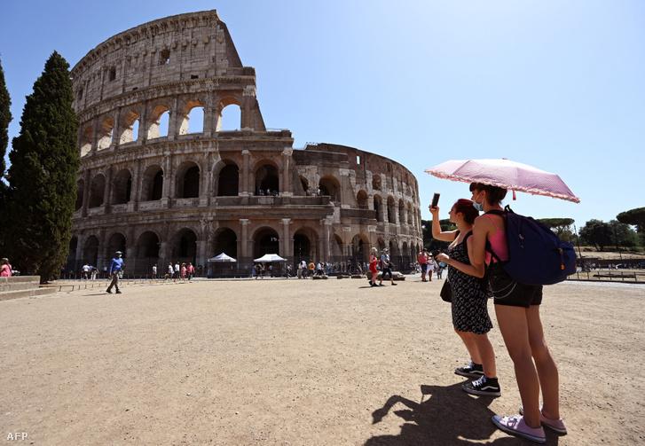 Turisták a római Colosseum előtt 2020 augusztus 22-én