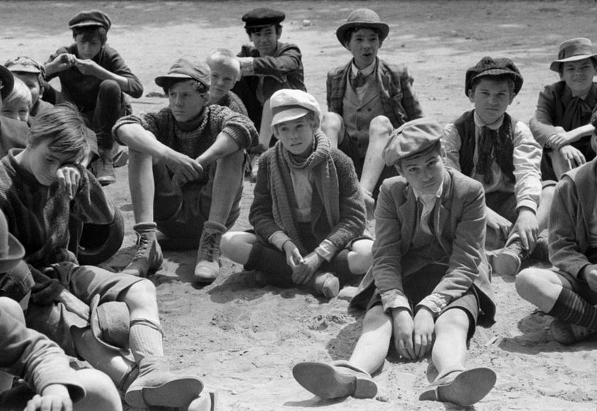 Az első magyar-amerikai koprodukciós film, a Pál utcai fiúk szereplői 1968-ban a Gogol utca és Visegrádi utca sarkán kialakított grundon.