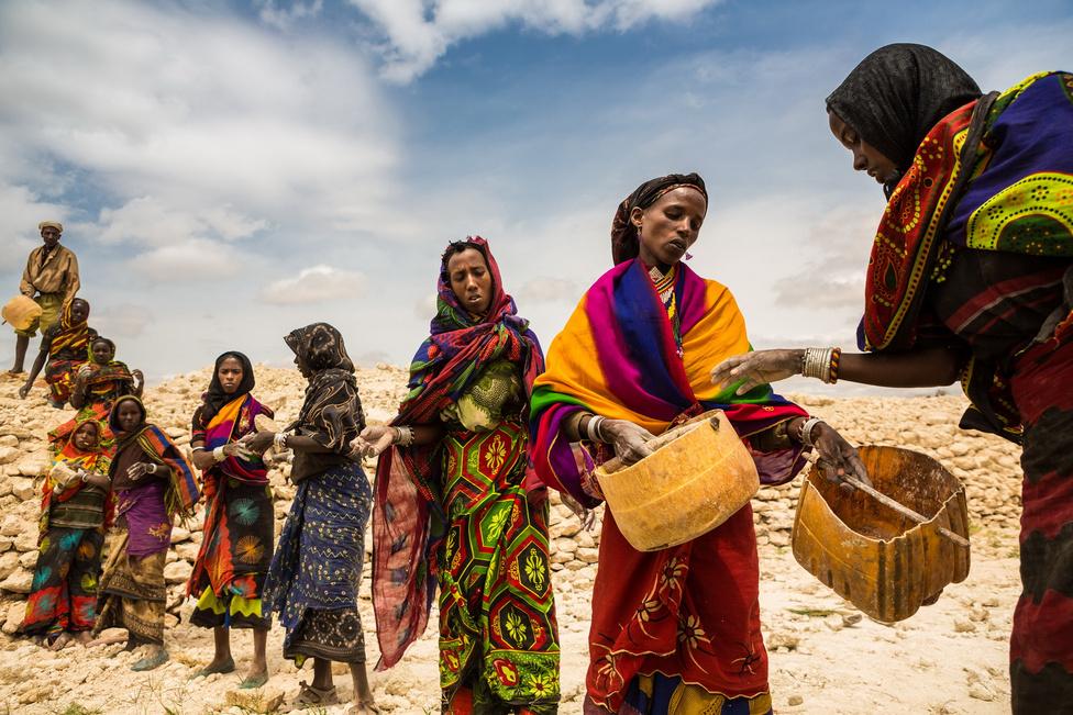 Természet (sorozat) harmadik hely Kállai Márton (Szabad Föld/Geomédia) - Etióp kútásókDél Etiópiában magyar finanszírozással ásnak kutat helyiek. Az adományozók pénzéből Gayo falu lakosai maguknak tisztítják ki a tradicionális vízlelőhelyeiket, az Ellákat.