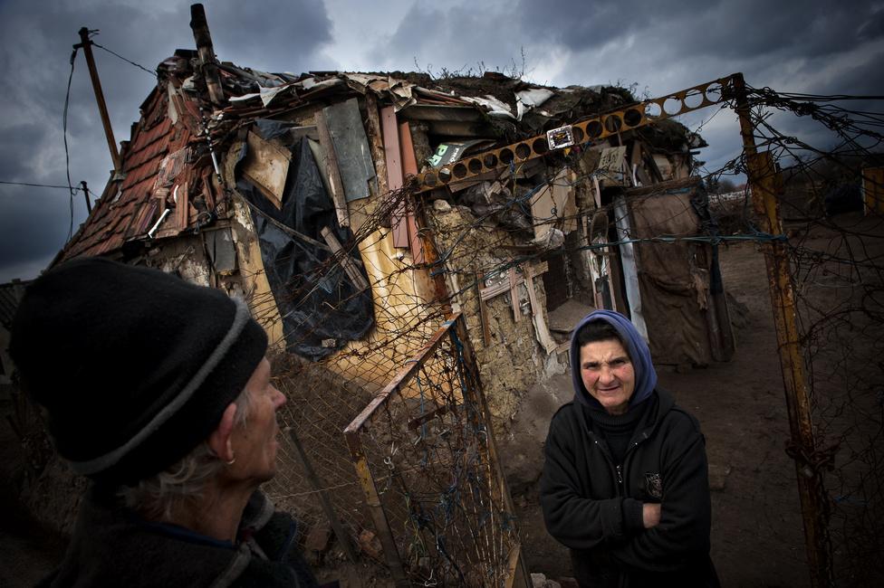 Társadalomábrázolás (egyedi) második hely Móricz Simon (Népszabadság) - KurázsiKocsis József és Kocsis Józsefné kunyhójuk előterében. A rendszerváltás után a lakásmaffia áldozatává vált pár miután kikeveredet a hajléktalanságból, Tiszaföldvár Kurázsi nevű városrészére költözött.