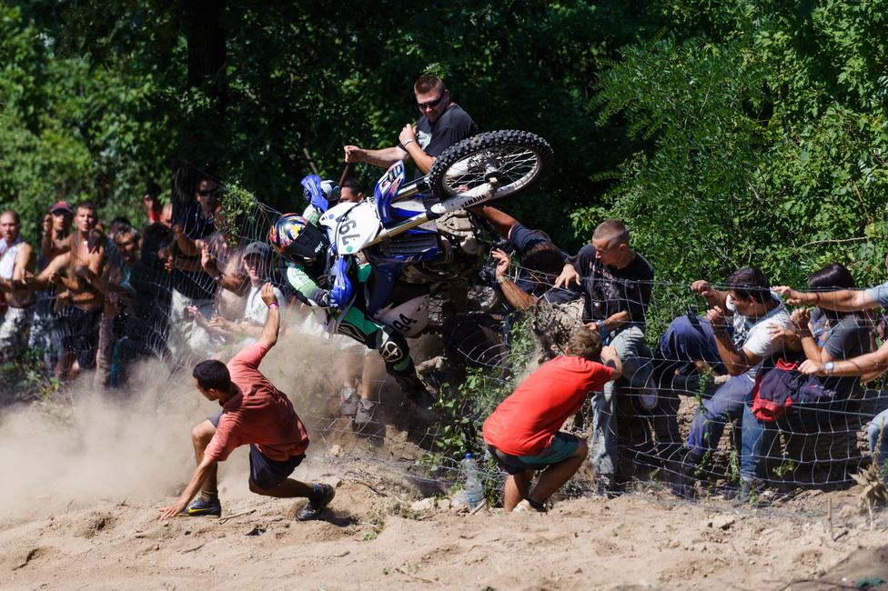 Sport (egyedi) második hely Komka Péter (MTI) - BukásRozgics Pál bukik a Siroki Motoros Találkozó hillclimb versenyén Sirok közelében 2012. július 28-án. A versenyzőknek 100m-es távolságra kellett feljutniuk a meredek hegyoldalon.