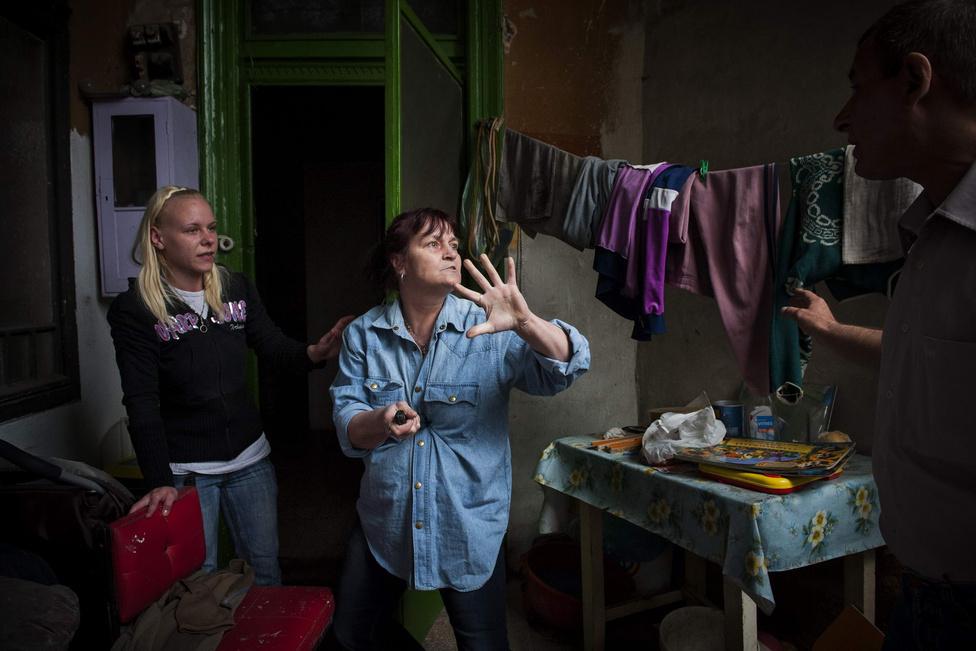Hír kategória első hely és Escher Károly különdíj - Móricz Simon (Népszabadság) - KilakoltatásBalázs Tiborné adós konyhakést szegez a hasának, hogy így akadályozza meg kilakoltatását Budapesten, az újpesti Béla utcában, április 23-án. A végrehajtó a kilakoltatást egy hónappal elhalasztotta.