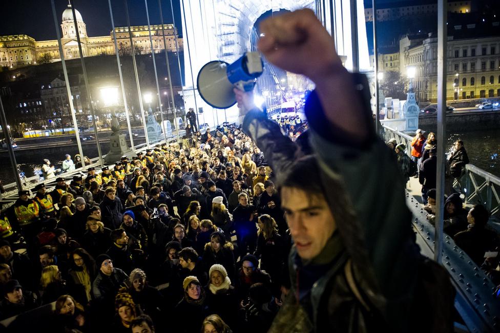 Képriport (sorozat) első hely - Tuba Zoltán (origo) - A diáktüntetések éveÖnjelölt szónokok a Lánchídon. A megmozdulásokra jellemző volt a demokratikus hozzáállás, bárki javasolhatott bármit, a tömeg meghallgatta, majd szavaztak a felvetésről