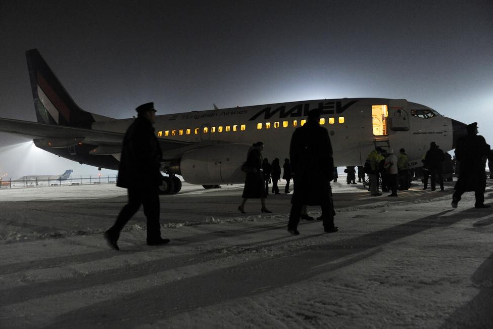 MUOSZ Nagydíj, Képriport (sorozat) harmadik hely Reviczky Zsolt (Népszabadság) - Isten veled, Malév!Hatvanhat év repülés után 2012. február 3-án 06:00-kor beszüntette működését a Malév. A légitársaság valamennyi járatát törölte. 2600-an azonnal elvesztették munkájukat, de a leállás öszszességében 25-30 ezer munkahelyet érinthet. Három nappal később az utolsó kékorrú Boeing is elhagyta Ferihegyet. A pilóták és stewardessek, szerelők és rampások egyenruhában búcsúztatták a gépet és múltjukat.