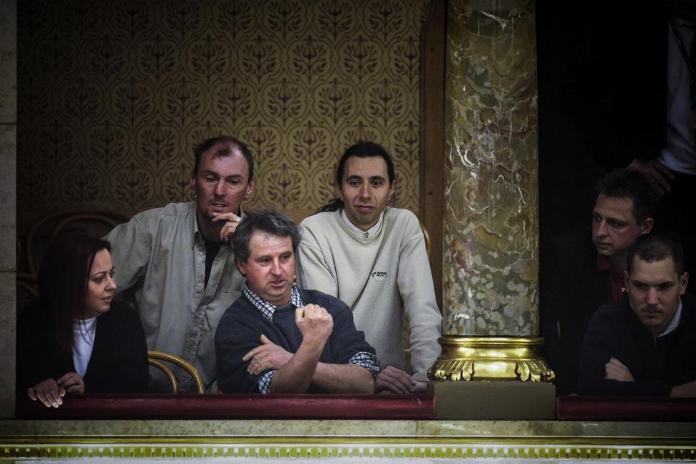 Képriport (sorozat) második hely Móricz Simon (Népszabadság) - ÉhségmenetTóth Imre Miklós, az éhségmenet egyik szervezője beint a nemzetgazdasági államtitkárnak és a kormány tagjainak az Országgyűlés plenáris ülésén, március 5-én.