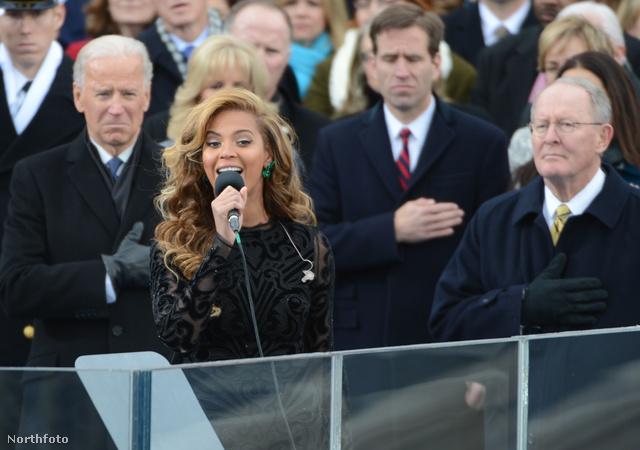 Joe Biden könnyekig hatódott arca Beyoncé jobbján