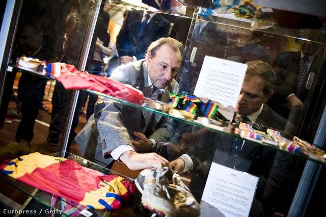 Fermin Cacho, spanyol atléta elhelyezi cipőit a barcelonai Olimpiai Múzeum vitrinjében, amikkel az 1500 méteres síkfutásban aranyérmet szerzett 1992-ben.