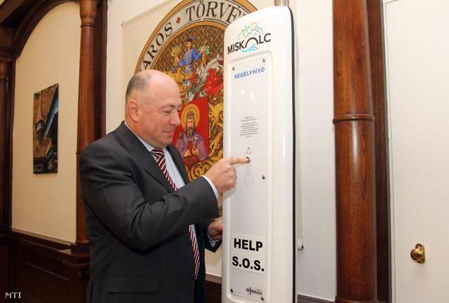 Kriza Ákos polgármester bemutatja egy segélyhívó oszlop működését