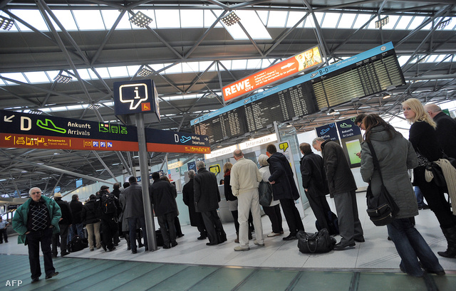 Kígyózó sor a működő Cologne reptéren