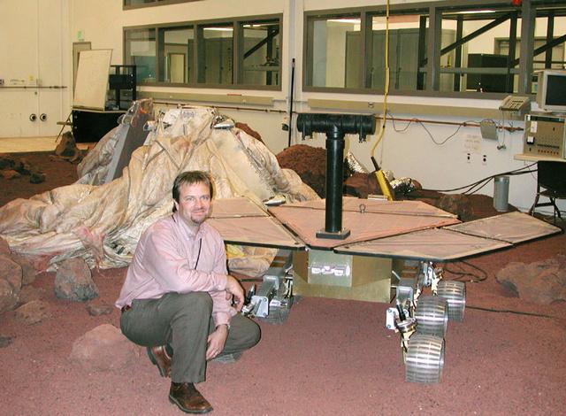 Steve Alfery a csapat egyik meghajtásért felelős mérnöke a marsjárók makettjével