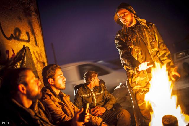 Szíriai felkelők tűz körül melegednek Aleppó Szaif al-Davláh negyedében.