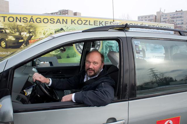 Még a taxisnak sem árt a gyakorlás. Így már nem lehet gond a jeges városi utakon