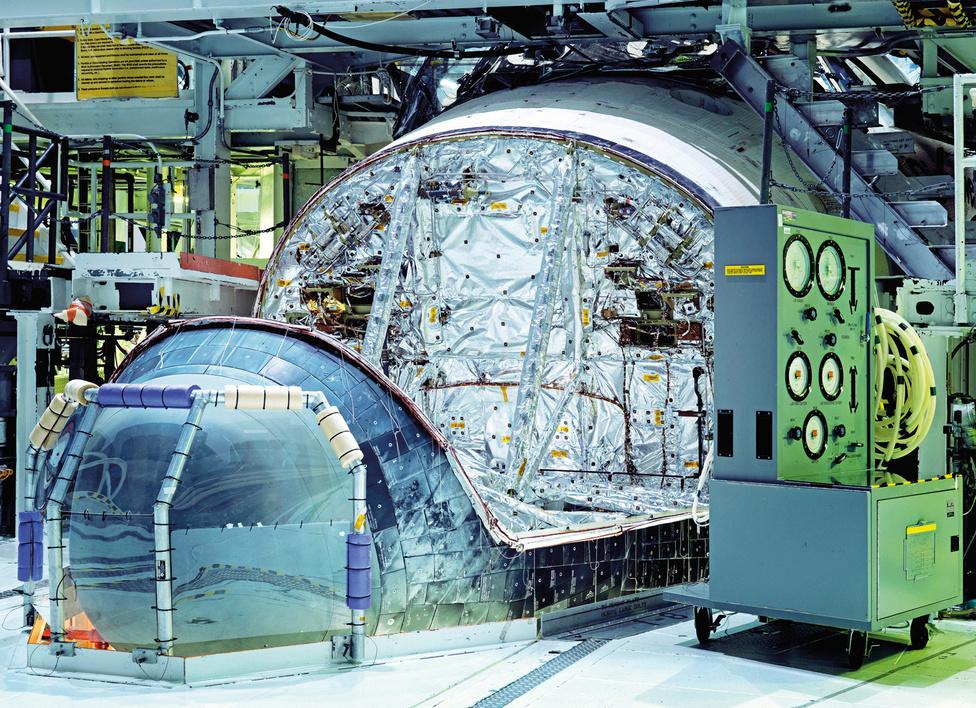 A Discovery űrsikló orrfutóműve. John F. Kennedy Űrközpont. Florida, U.S.A., 2011.                         Az űrsiklók futóműveit belülről is hővédő rendszerrel védik. Az orrfutómű kétkerekes kialakítású és két ajtó védi, az ajtók becsukása után tömítik a réseket hőzáró anyaggal.