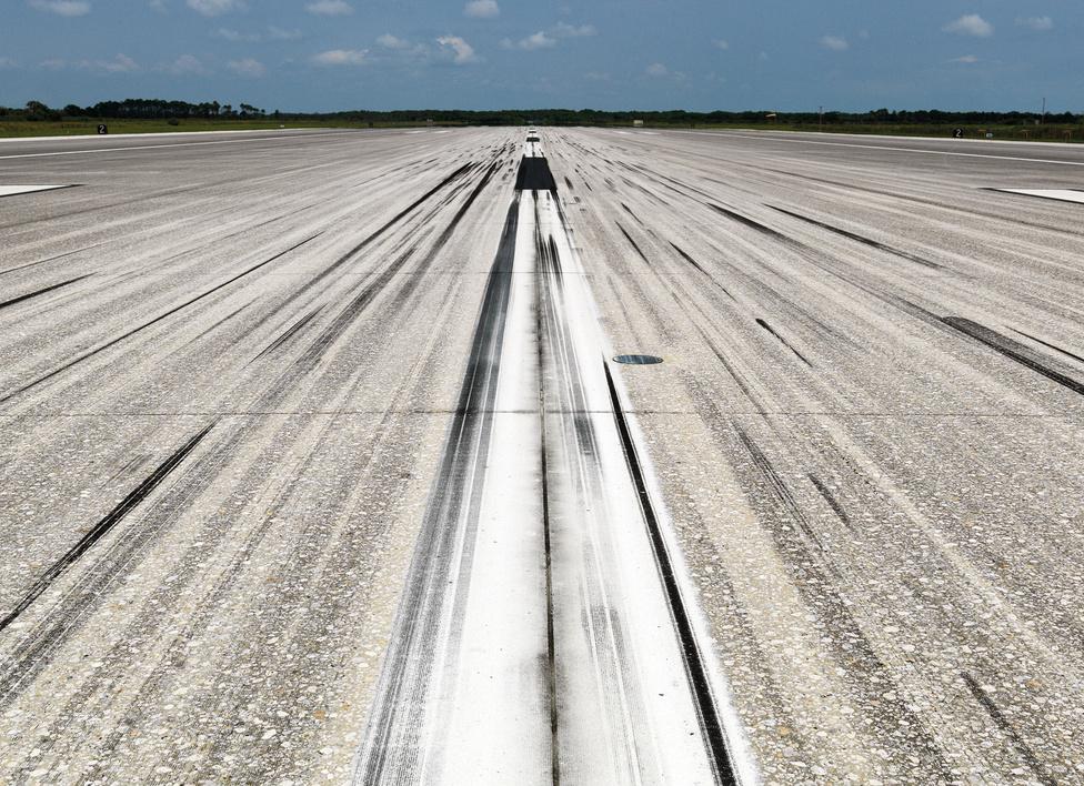 Leszállópálya.                         John F. Kennedy Űrközpont.                         Florida, U.S.A., 2011.                         A világ egyik leghosszabb kifutópályája, több mint 4500 méter hosszú.