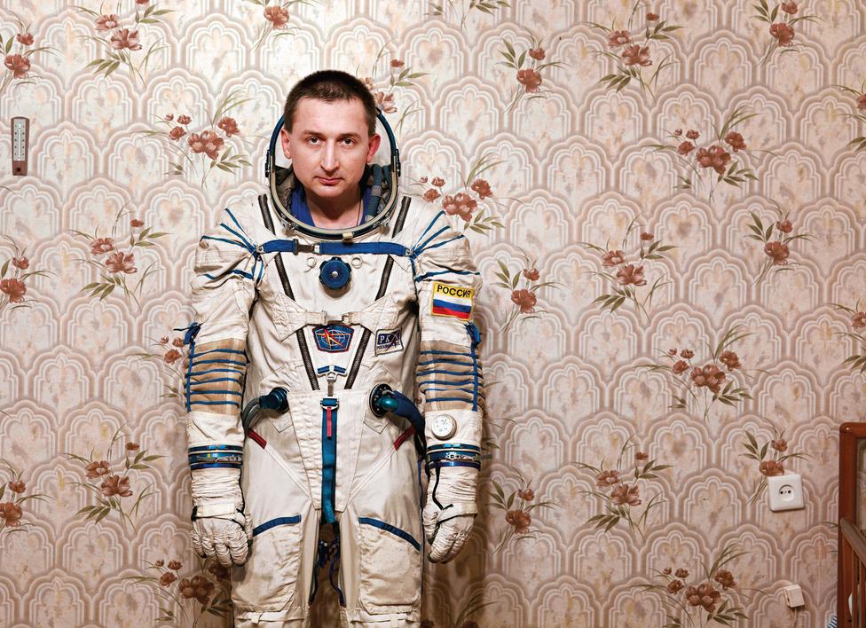 Boris V. tábornok,                          Jurij Gagarin Űrhajós Kiképző Központ.                         Csillagváros, Zvyozdny Gorodok, Oroszország, 2007.                         A Jurij Gagarin Űrhajós Kiképző Központot 1960-ban nyitották meg, január 11-jén nyílt meg a Csillagvárosban. A kiképzőközpontot 1968-ban nevezték el Jurij Gagarinról, 2009-ben került át az Orosz Szövetségi Űrügynökség, a Roszkoszmosz irányítása alá.