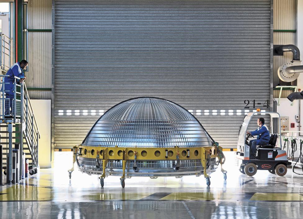 EADS Space Astrium, Les Mureaux, Franciaország, 2011.                         Az EADS Astrium nyugat-európai repülési és űripari konzorcium székhelye Párizsban van,  az űrkutatási fejlesztésekkel foglalkozik, az európai űripar meghatározó szereplője.