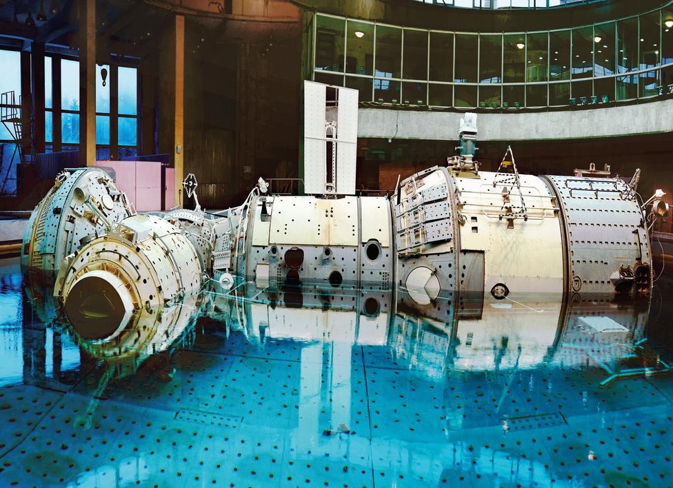 Vízalatti kiképzés. I.S.S. Jurij Gagarin Űrhajós Kiképző Központ. Csillagváros, Zvyozdny gorodok, Oroszország, 2007.                         Vincent Fournier Space Project nevű képsorozata az űrutazással, űrkutatással kapcsolatos technológiákat és helyszíneket mutat be.