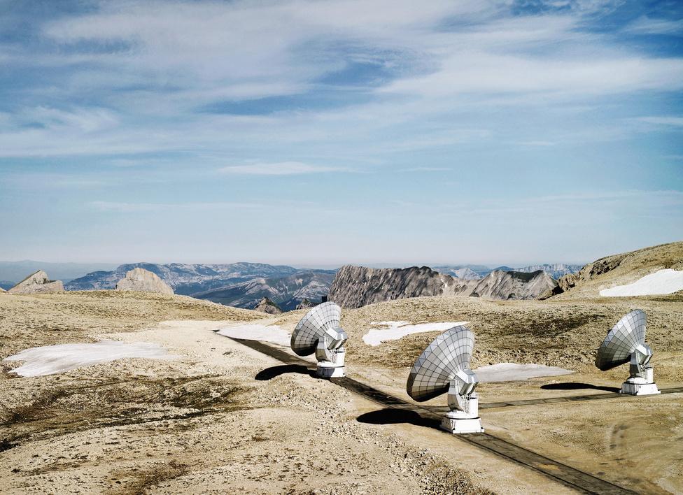 Plateau de Bure Csillagvizsgáló #1 [IRAM], Grenoble, Francia Alpok, 2006.                         Egy hat hatalmas antennából álló rendszer, amely az Alpokban található. A hatalmas antennáknak 15 méter az átmérője, gyakorlatilag egyetlen teleszkópként képesek működni a műholdradar interferometria technikával, példa nélküli felbontású képeket létrehozva.
