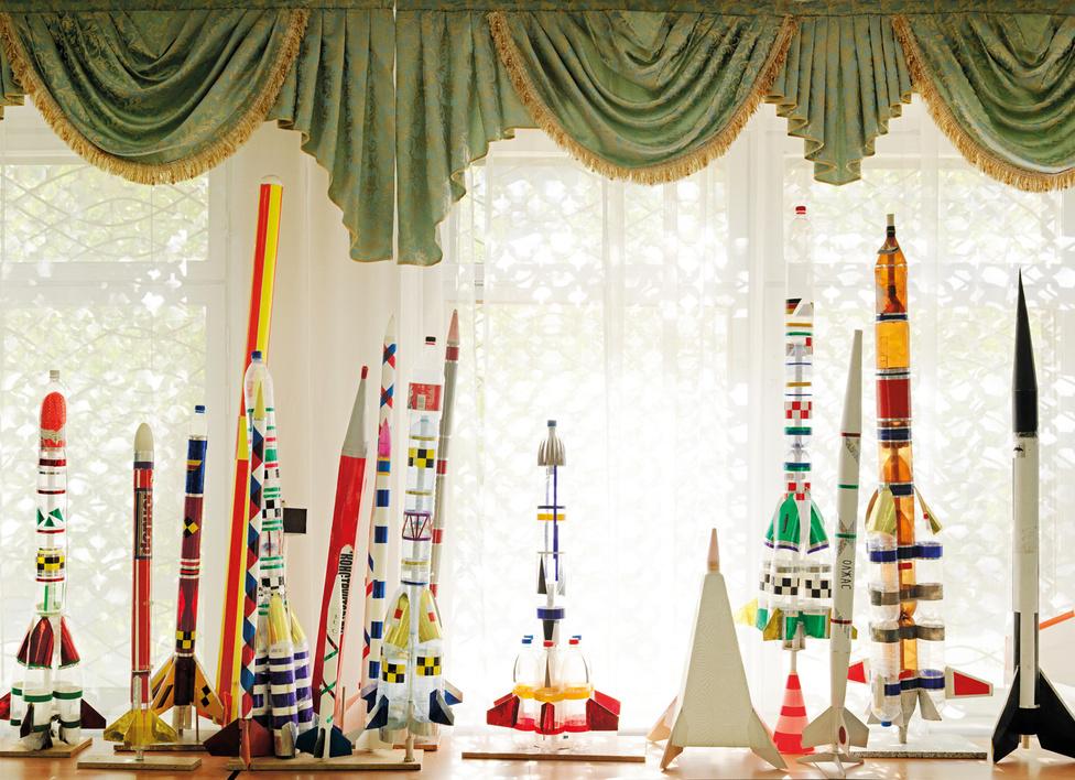 Bajkonurm Nemzetközi Űriskola, Kazahsztán, 2011.                          Az első startra Bajkonurból 1957. május 15-én, moszkvai idő szerint 19:05-kor kerülhetett sor, a V-2-esből kifejlesztett R-7 Szemjorka interkontinentális ballisztikus rakéta első tesztje volt ez. Az eszköz 104 másodpercig repült, majd a sivatagba csapódott.