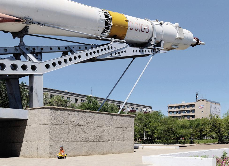 Bajkonur, Szojuz.                         A Szojuz űrhajókat holdraszálláshoz tervezték, de a holdprogram leállítása miatt Föld-körüli pályákon, illetve az űrállomásokra repültek. AZ űrhajókban legfeljebb hárman férnek el, jelenleg ez az egyetlen űrhajó, amely el tud jutni a Nemzetközi Űrállomásra.
