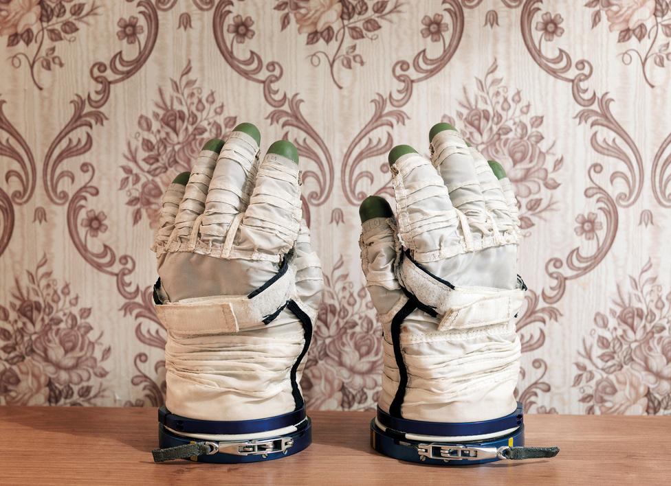 Sokol űrkesztyű. Jurij Gagarin Űrhajós Kiképző Központ. Csillagváros, Zvyozdny Gorodok, Oroszország, 2007.                         A NASA jelenleg is használt űrruháját EMU-nak (Extravehicular Mobility Unit) hívják, tervezésének célja, hogy az űrállomáson kényelmesen lehessen dolgozni vele.
