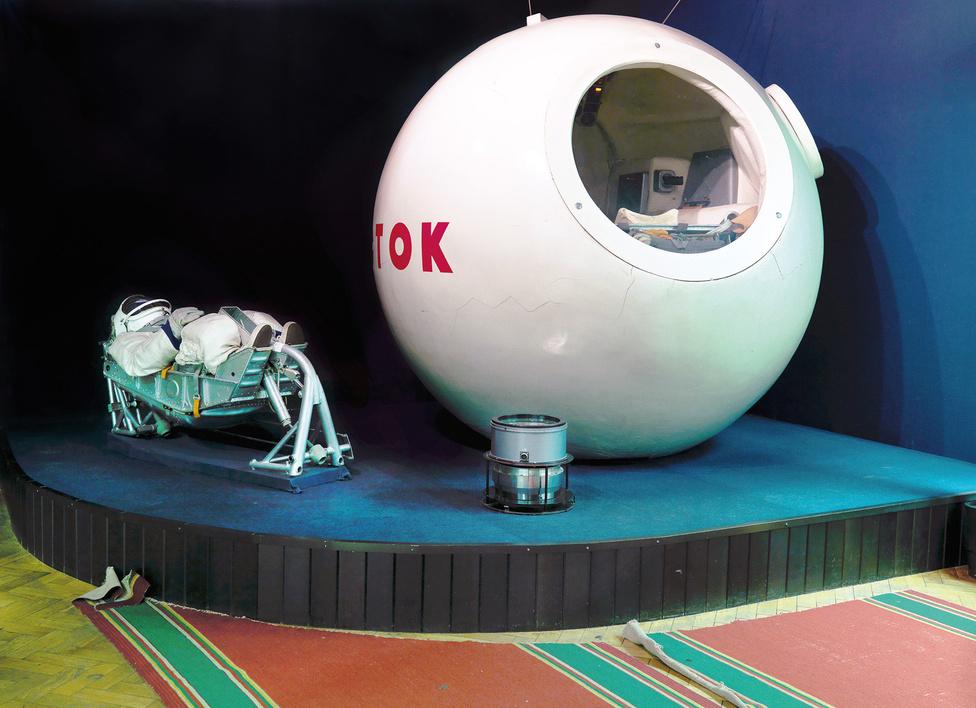 Vosztok leszálló kabin, Jurij Gagarin Űrhajós Kiképző Központ [GCTC], Csillagváros, Zvyozdny gorodok, Oroszország, 2007.                         A Vosztok űrhajó volt az első, embert szállító űrjármű, amely képes volt megkerülni a Földet. A visszatérő egységet még a földet érés előtt katapultálták és saját ejtőernyővel ért a földet. A 2,3*2,25 méteres kabinban egy űrhajósnak volt hely, három ablaka volt, a kicsi hely miatt kevés felszerelés fért el csak benne, a kamerákon és rádiókon kívül csak élelmiszert és vizet tudtak szállítani.