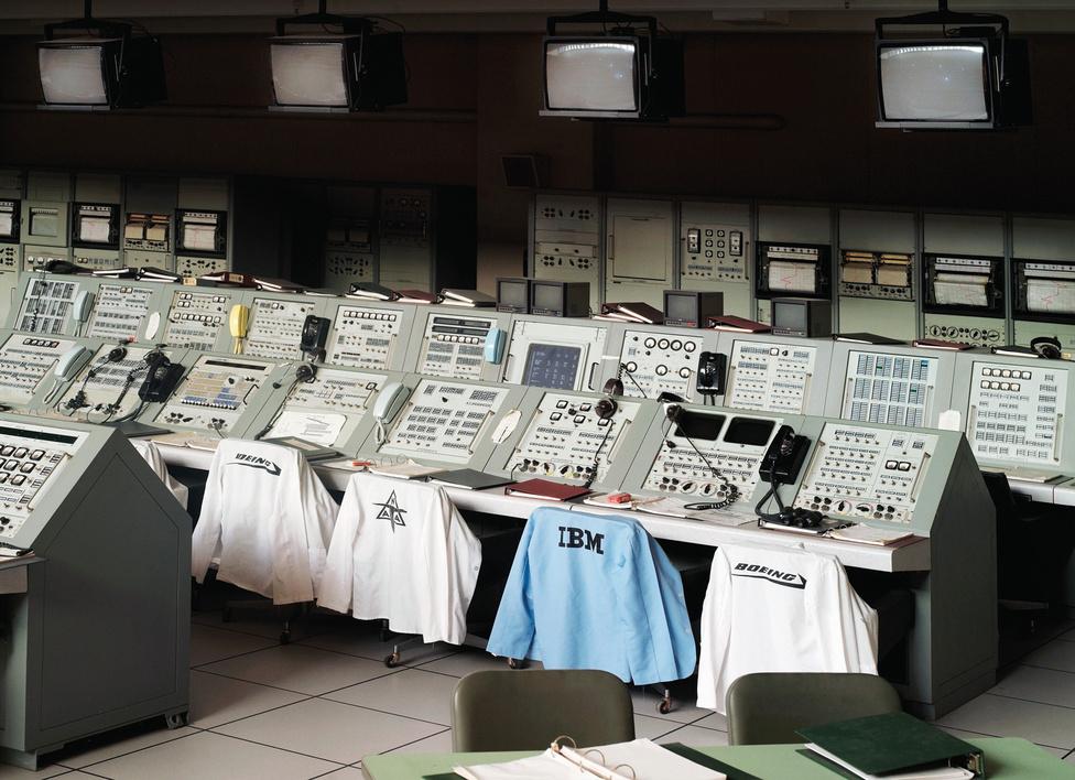 Apollo Irányító Központ.                         John F. Kennedy Űrközpont.                         Florida, U.S.A., 2011.                         A John F. Kennedy Space Center a NASA egyik legfontosabb űrközpontja Floridában található, a leggyakrabban innen bocsátják fel a műholdakat, innen indultak az Apollo űrhajók és az űrsiklók is.