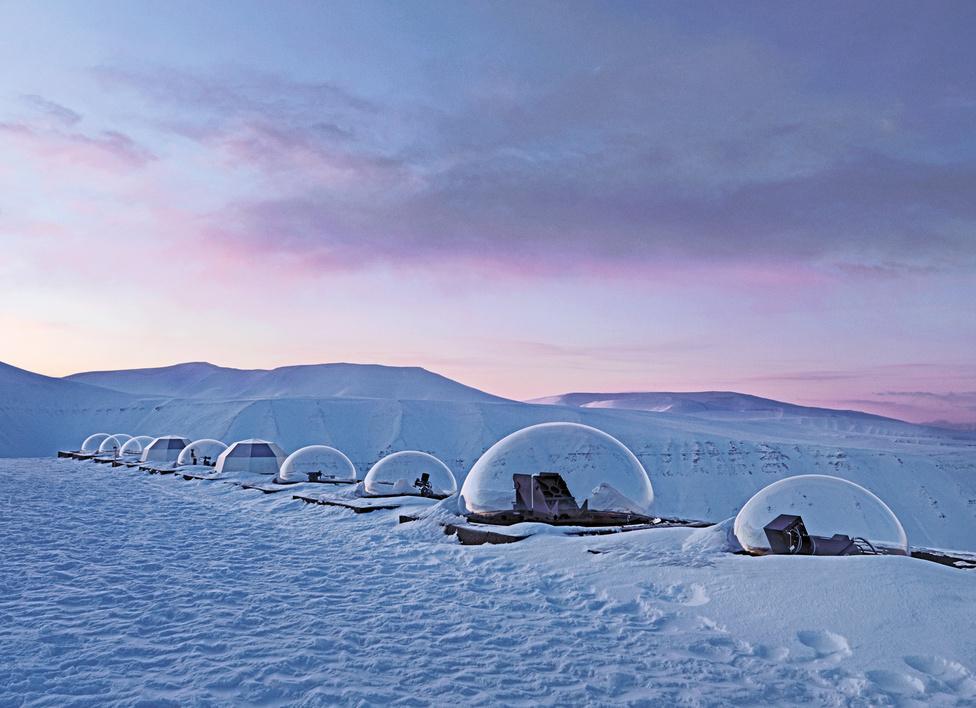 Kjell Henriksen Obszervatórium. Spitzbergák, Norvégia, 2010.                         Légköri vizsgálatokra specializálódott obszervatórium, több mint huszonöt optikai eszközzel vizsgálódnak. A sarki fényekkel foglalkozó Kjell Henriksen norvég tudósról kapta nevét.