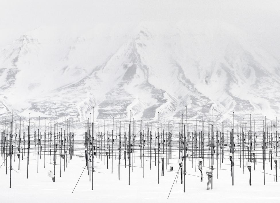 SOUSY Svalbard Radar. Adventdalen, Spitzbergák szigetcsoport, Norvégia, 2010.                         A fotós képei általában tükröt tartanak a témának. Mostani sorozata például azt az ellentétet is megjeleníti, hogy az űrtechnológia rengeteg adatot gyűjt, mégsem tudja a választ a véső kérdésekre. Fotói egzotikus helyekre viszik az embereket, de a végén hagynak némi kíváncsiságot maguk után.
