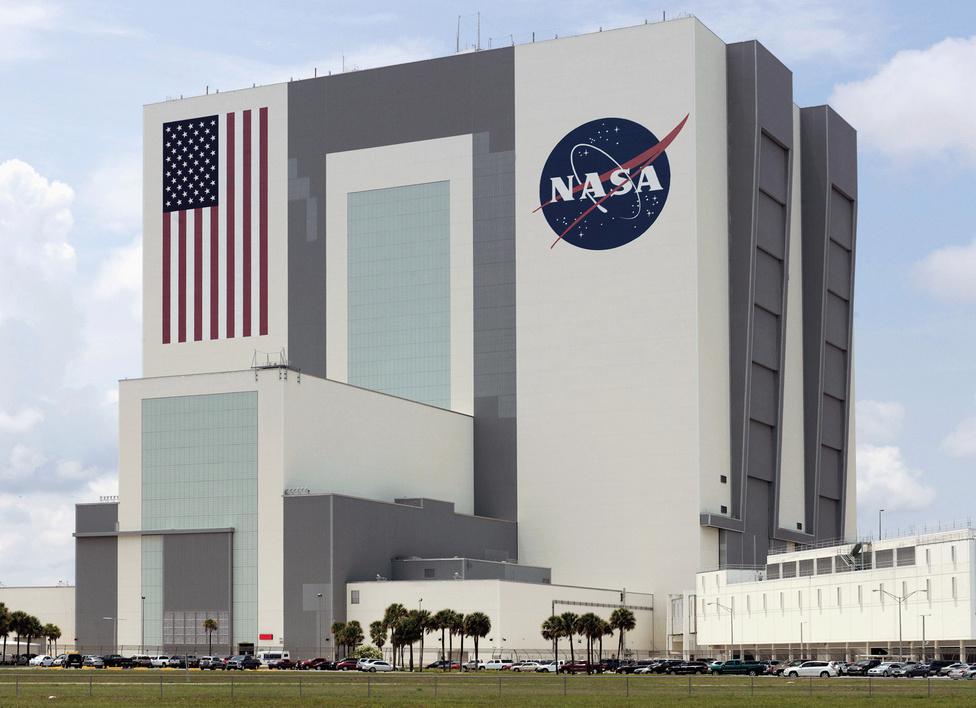 Járműveket összeszerelő csarnok (VAB) a floridai J. F. K Űrközpontban. Jobboldalt az irányítóközpont látható.