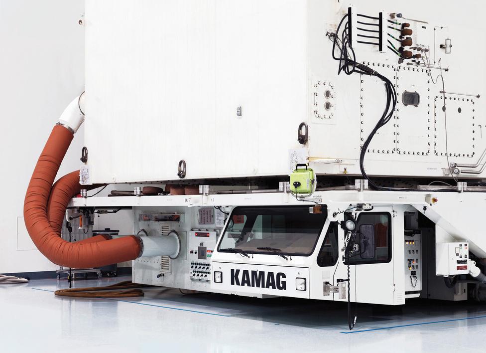 A NASA Vehicle Payload Canister Transporter nevű szerkezete. John F. Kennedy Űrközpont. Florida, U.S.A., 2011.                         Ezek a hatalmas járművek szállítják a terhet a kilövőállomásra. Akár 22 ezer kilogrammos tárgyakat is képes szállítani, emiatt nagyon lassan halad.