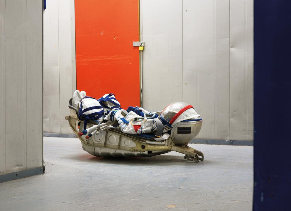 SOKOL KV2 Űrruha. KAZBEK ülés a Szojuz űrhajóról. Warehouse, London, United Kingdom, 2009.                         A fotós elutazott a világ legfontosabb űrközpontjaiba Floridától Francia Guyanáig. Mindent lefényképezett, ami megmozgatta a fantáziáját. Költőien próbáltam megfogni az űrtechnológiát – fogalmazott.