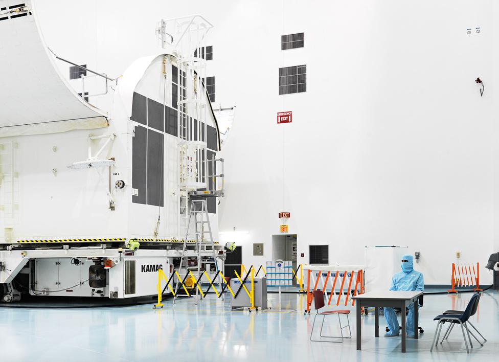 Űrállomás összeszerelő épület (VAB).                         Kennedy Űrközpont.                         Florida, U.S.A., 2011.                         Az épületet 1994-ben nyitották meg, itt szerelték össze a Nemzetközi Űrállomás amerikai darabjait. Két hatalmas csarnok van benne, valamint több laboratórium, irányítóközpont, és steril szoba. Az első modult az űrállomáshoz 1998-ban szerelték össze.