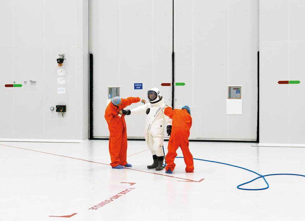 S1B tisztaszoba, Guyana Űrközpont. Kourou, Francia Guyana, 2011.                         A NASA hatalmas steril szobákban végzi a legkényesebb műveleteket, amelyeknél fontos, hogy semmilyen szennyeződés ne jusson a műszerek közelébe.