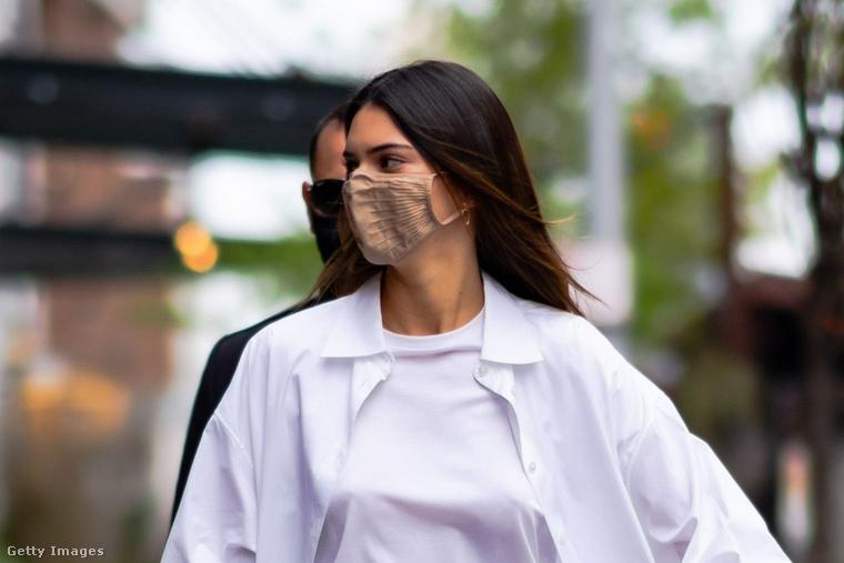 Április 27-e környékén Jenner elég sok időt töltött New Yorkban, ekkor is rendszeresen mutatkozott fehér felsőkben.