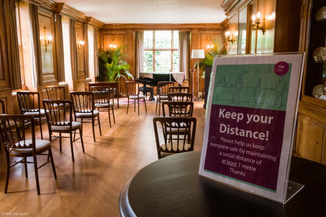 Távolságtartásra figyelmeztető tábla egy esküvőn 2020. június 30-án Londonban, Angliában