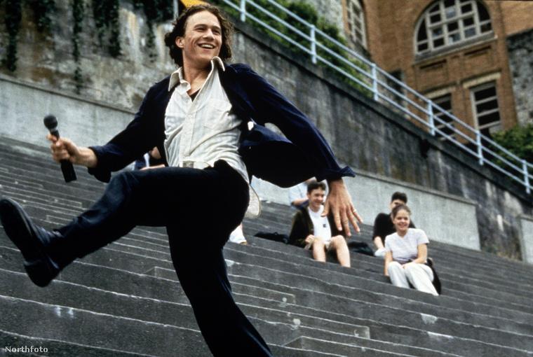 Ha már emlékezetes jelenetekről van szó, azt ugye senki sem felejtette el, hogy Ledger volt az első lépcsőn táncoló Joker?