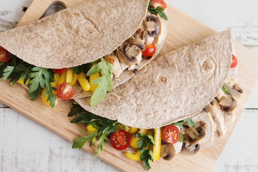 A teljes kiőrlésű tortillalapokat töltsd meg friss zöldségekkel, enyhén fűszerezett csirkehússal és fokhagymás tejföllel, így egy laktató, rostokban és lassú felszívódású szénhidrátokban gazdag ételt kapsz 400-450 kalóriából. A lapokat nyílgyökérlisztből is elkészítheted.