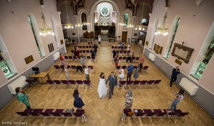Távolságtartó esküvő a Szent Anna-templomban, Aigburthban, Liverpool külvárosában 2020. július 5-én