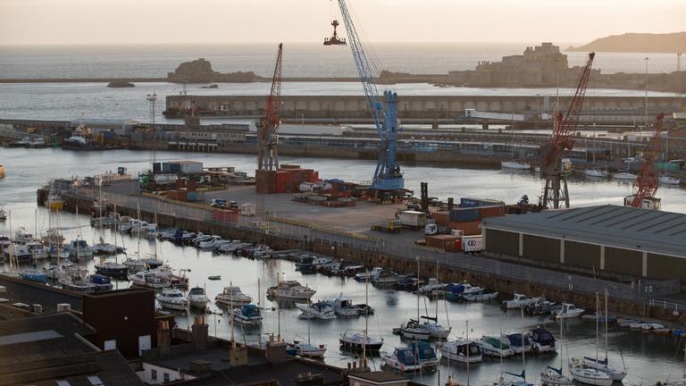 Hadihajókat küldenek a britek a francia halászhajók ellen