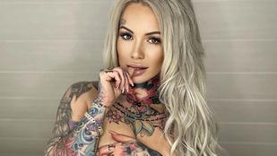 Íme, a szexi tetoválómester, akinek a testét szuperhősök borítják