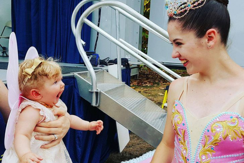 A kislány először látott balerinát, a reakciója mindent elmond.