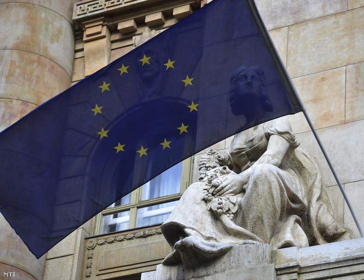 Uniós zászló a Nemzeti Bank épületén