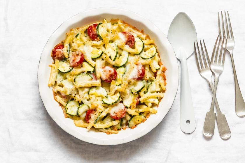 Sütőben sült cukkinis, paradicsomos sajtos tészta: egész délutánra jóllaksz tőle